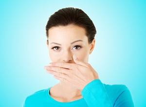 causas de mau hálito estomacal