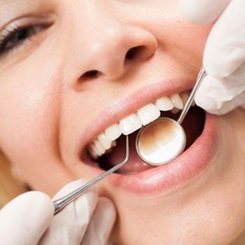 Eliminar tártaro dos dentes