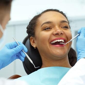 Plano dentário que cobre aparelho